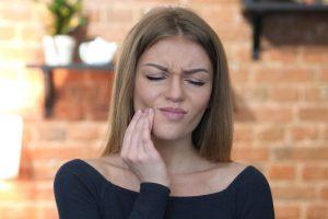 Como aliviar a dor de dente? Confira 6 práticas que dão certo